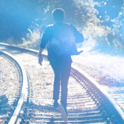 Cover mit Hendrik auf Schienen